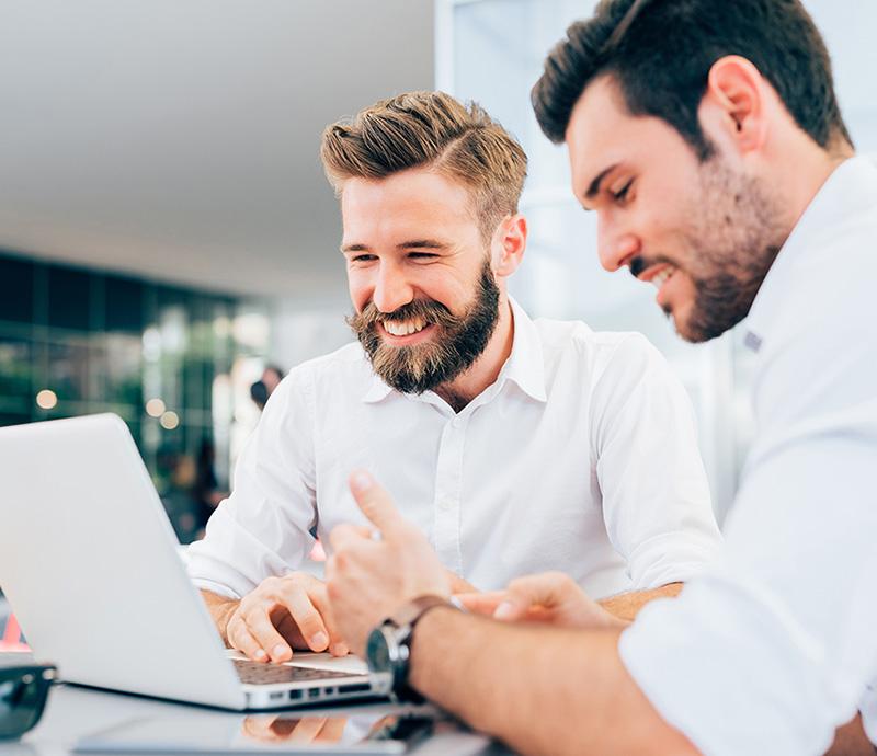 Pośrednik doradza dobór kredytu dla klienta