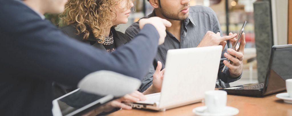 Przedsiębiorcy dyskutujący przy laptopie